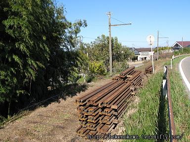 廃線跡に積まれたレールと枕木