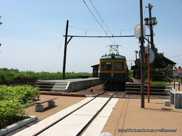 ホームで展示されている電鉄線の電車その1