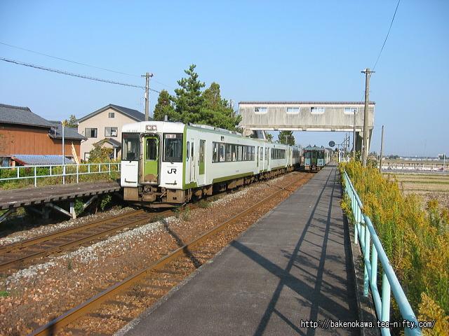 新関駅を通過する快速「あがの」
