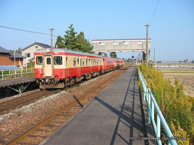 新関駅を通過する「磐西只見ぐるり一周号」