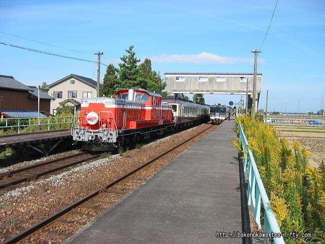 新関駅を通過するDD51形ディーゼル機関車牽引の「DD51ばんえつ物語号」
