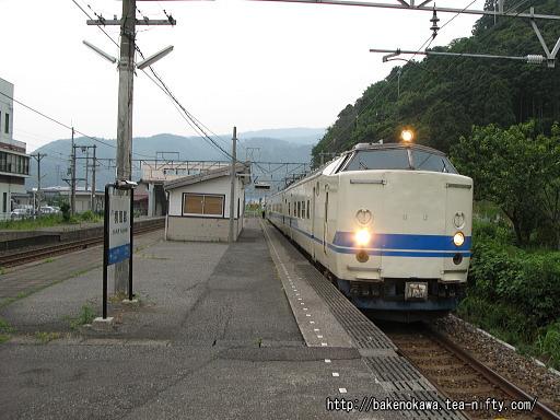 梶屋敷駅を出発する419系電車