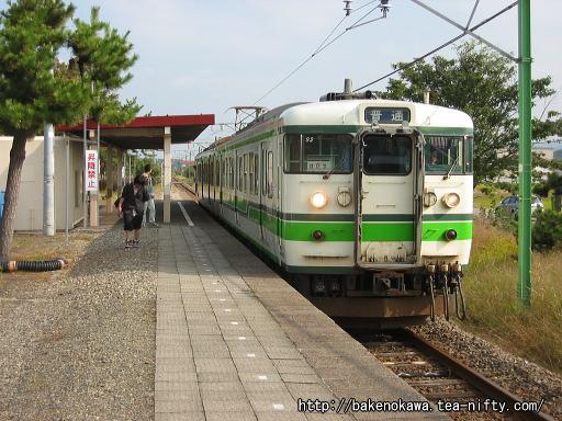刈羽駅に到着した115系電車