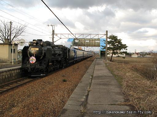 中浦駅を通過するD51形蒸気機関車牽引のイベント列車その1