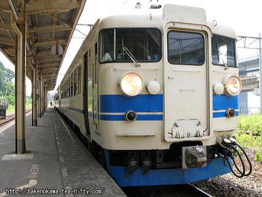 親不知駅に停車中の475系電車