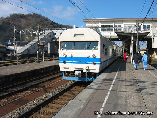 青海駅を出発する419系電車