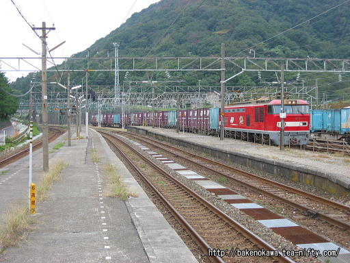 青海駅に到着したEF510形電気機関車牽引の貨物列車