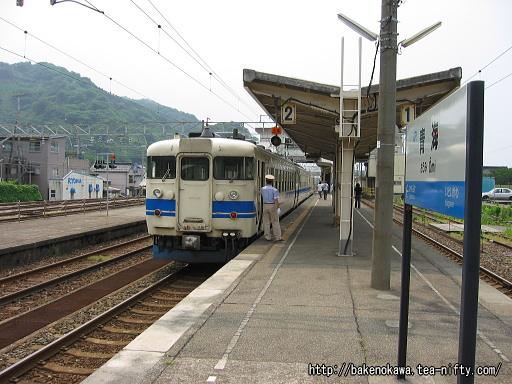 青海駅に停車中の475系電車