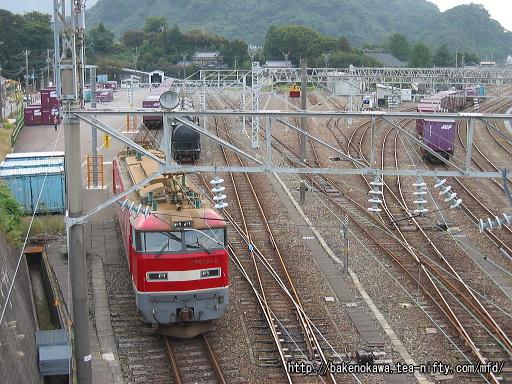 青海駅構内で入れ替え作業中のEF510形電気機関車