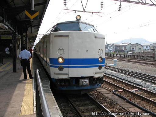 糸魚川駅を出発する419系電車