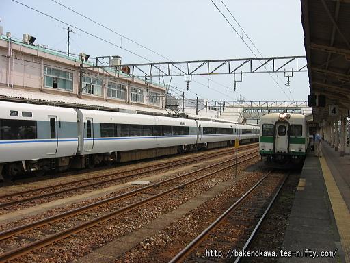 糸魚川駅構内の特急「はくたか」とキハ52