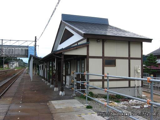 下りホームから見た駅舎