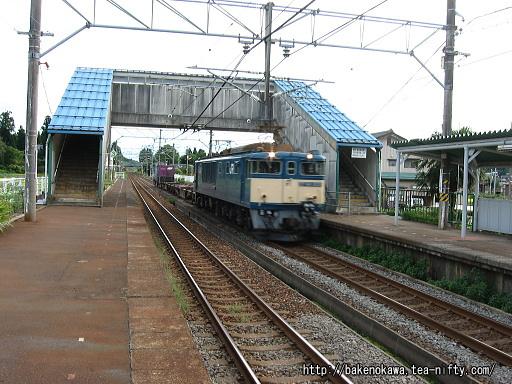 越後岩塚駅を通過するEF64形電気機関車牽引の貨物列車
