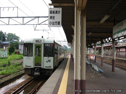 小千谷駅を出発するキハ110系気動車