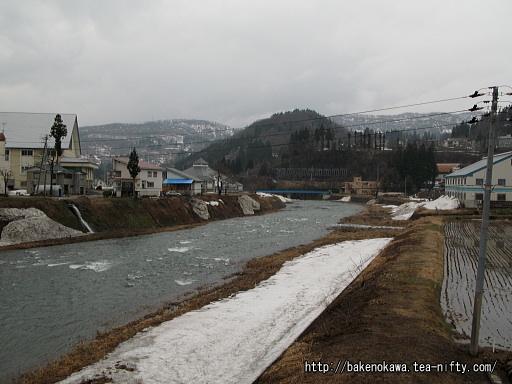 村内を流れる破間川その2