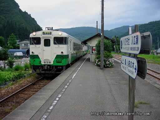 入広瀬駅を出発するキハ40系気動車