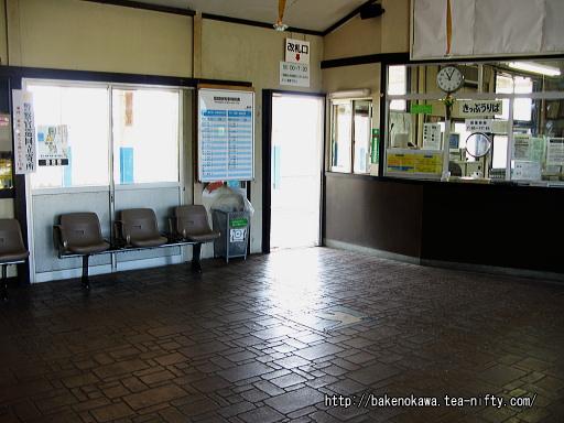 リニューアル前の潟町駅駅舎内部その1