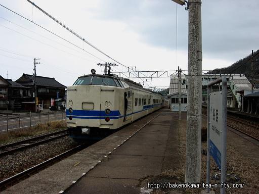 谷浜駅を出発する419系電車