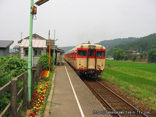 頸城大野駅を出発するキハ58系気動車