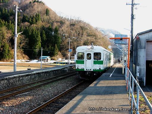 根知駅を出発するキハ52形気動車その1