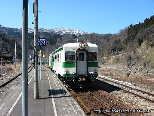 小滝駅に到着したキハ52形気動車