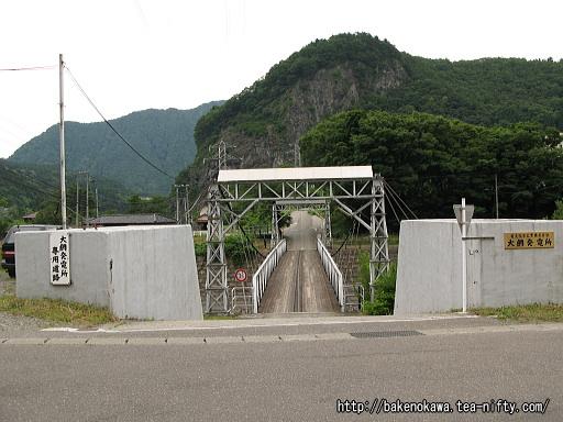 姫川に架かる温泉街への橋