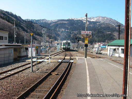 平岩駅を出発するキハ52形気動車その2