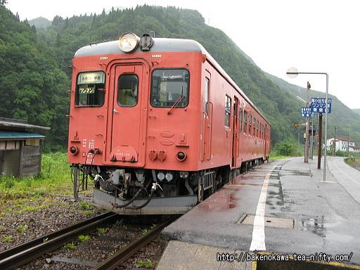 平岩駅で折り返し待機中のキハ52形気動車その1