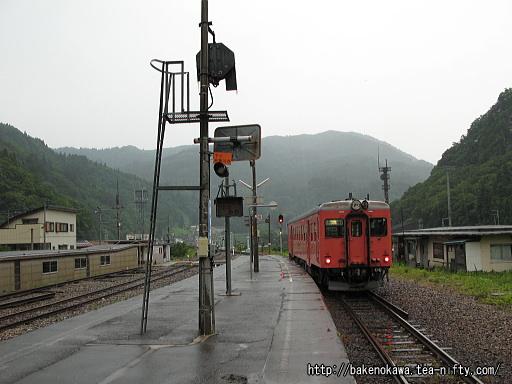平岩駅で折り返し待機中のキハ52形気動車その2