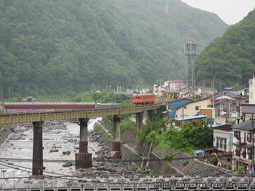 平岩駅至近の鉄橋を渡るキハ52