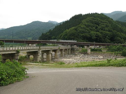 姫川に架かる旧国道橋と現国道橋