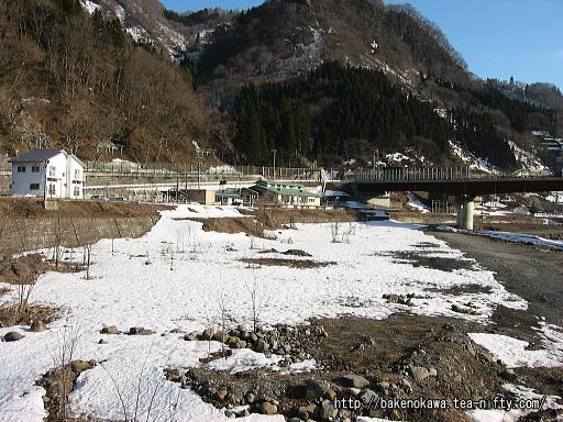 姫川の対岸から見た北小谷駅