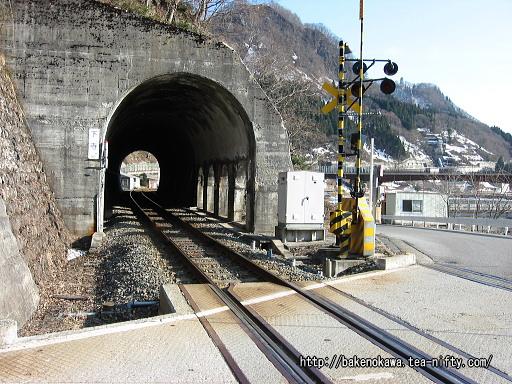 駅北側のトンネルその1