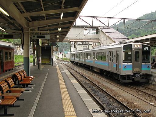 南小谷駅で折り返し待機中のE127系電車
