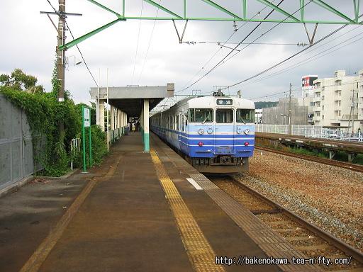 加茂駅に停車中の115系電車