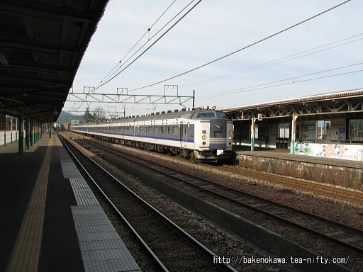 加茂駅に停車中の583系電車急行「きたぐに」