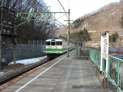 湯檜曽駅に進入する115系電車