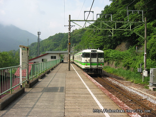 湯檜曽駅に停車中の115系電車