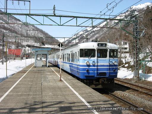土合駅上りホームに停車中の115系電車