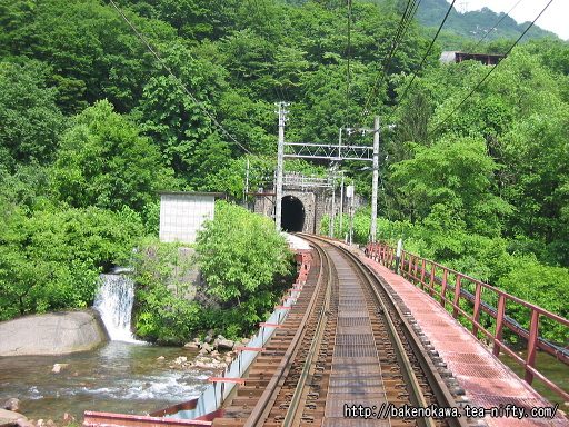 踏切から見た清水トンネル