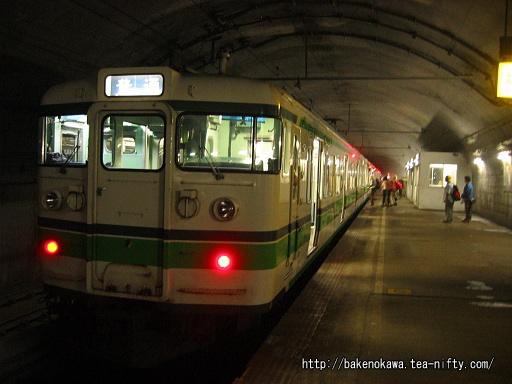 土合駅地下ホームに到着した115系電車その1