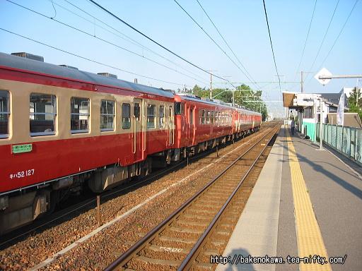 越後石山駅を通過する「磐西・只見ぐるり一周号」その一