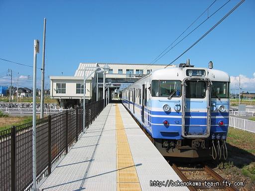 内野西が丘駅に到着した115系電車