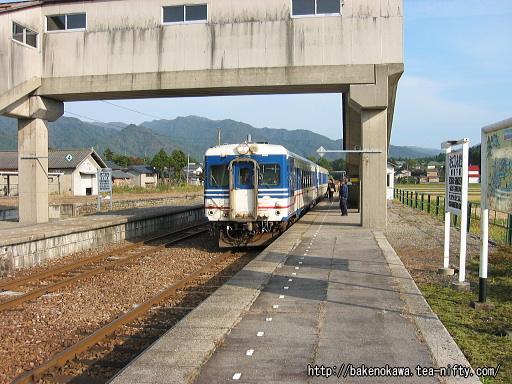 越後下関駅に進入するキハ52形気動車