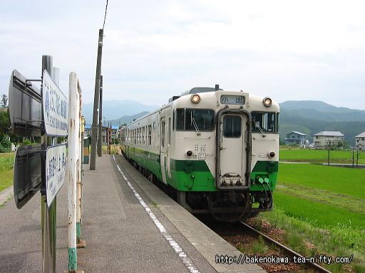 越後須原駅に進入するキハ40系気動車