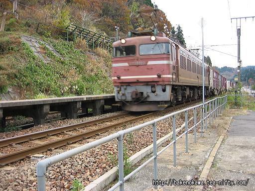 長鳥駅を通過するEF81形電気機関車牽引の貨物列車