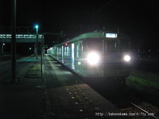 安田駅に停車中の115系電車