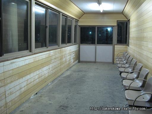 旧島式ホーム上の待合室