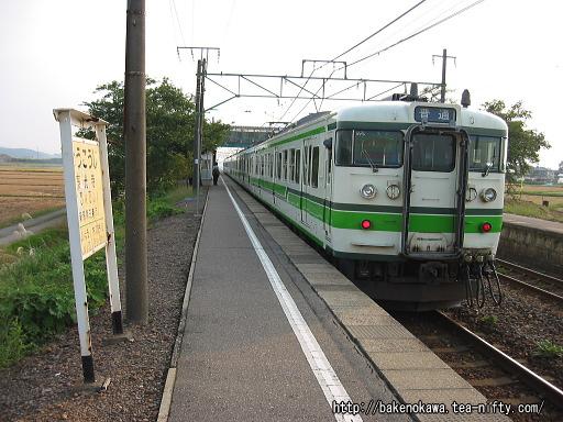 東光寺駅を出発する115系電車