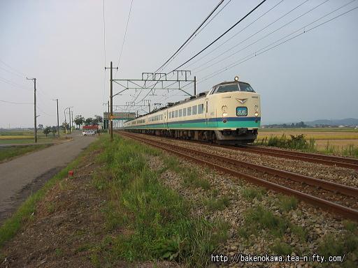 東光寺駅を通過する485系電車特急「北越」